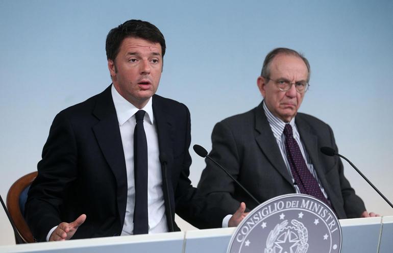 Il presidente del Consiglio Matteo Renzi (s) e il ministro dell'Economia Pier Carlo Padoan, durante la conferenza stampa al termine del Consiglio dei Ministri, Roma, 18 settembre 2015. ANSA/ALESSANDRO DI MEO